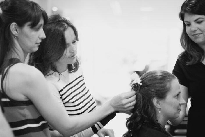 De bruid zit bij de kapper