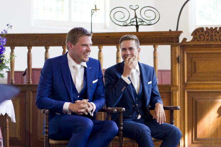 De bruidegommen zitten naast elkaar bij de ceremonie. Zij zijn nu officieel man en man.