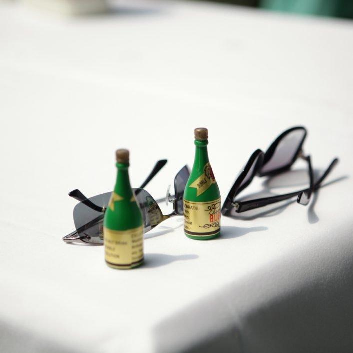 Op een tafel staan twee flesjes bellenblaas in de vorm van champagne flesjes.