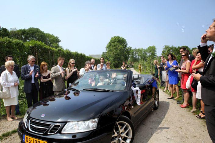 De gasten ontvangen de bruid en bruidegom met bellenblaas op de landelijk bruidslocatie.