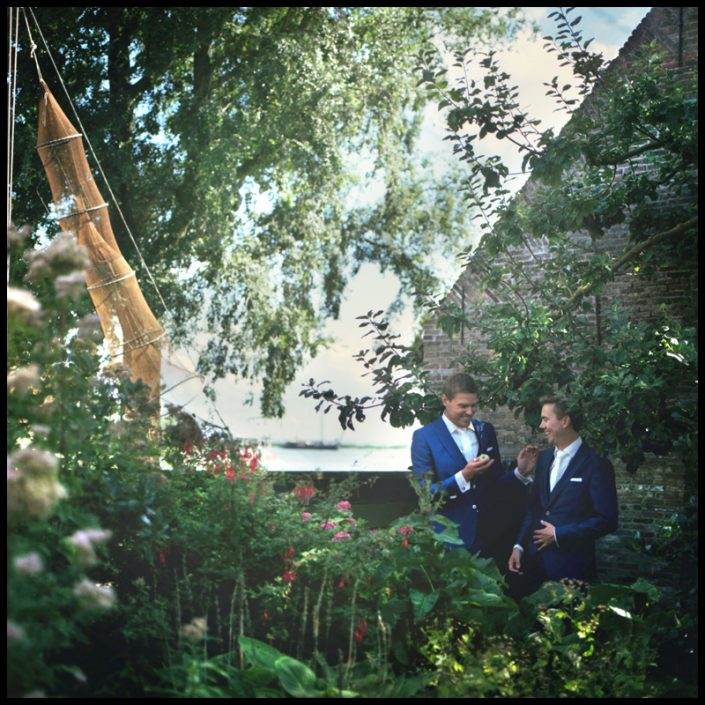 Button naar een spontane bruiloft in het lieflijke Zuiderzeemuseum. De bruidsfotografie komt van professioneel bruidsfotograaf Sophie Bruidsfotografie te Amsterdam.