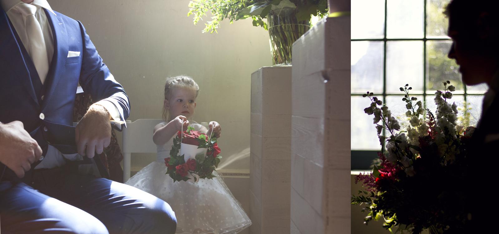 Prachtige trouwfotografie in een kleine kerk. De bruidegom wacht tot hij de kerk in mag.