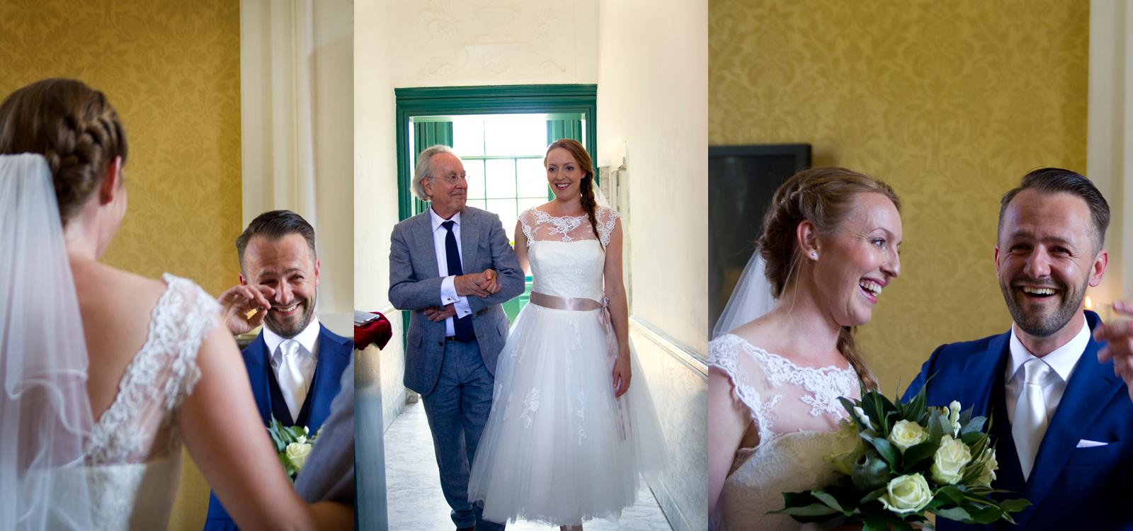 Een emotionele foto van de bruid en de bruidegom die elkaar zien.