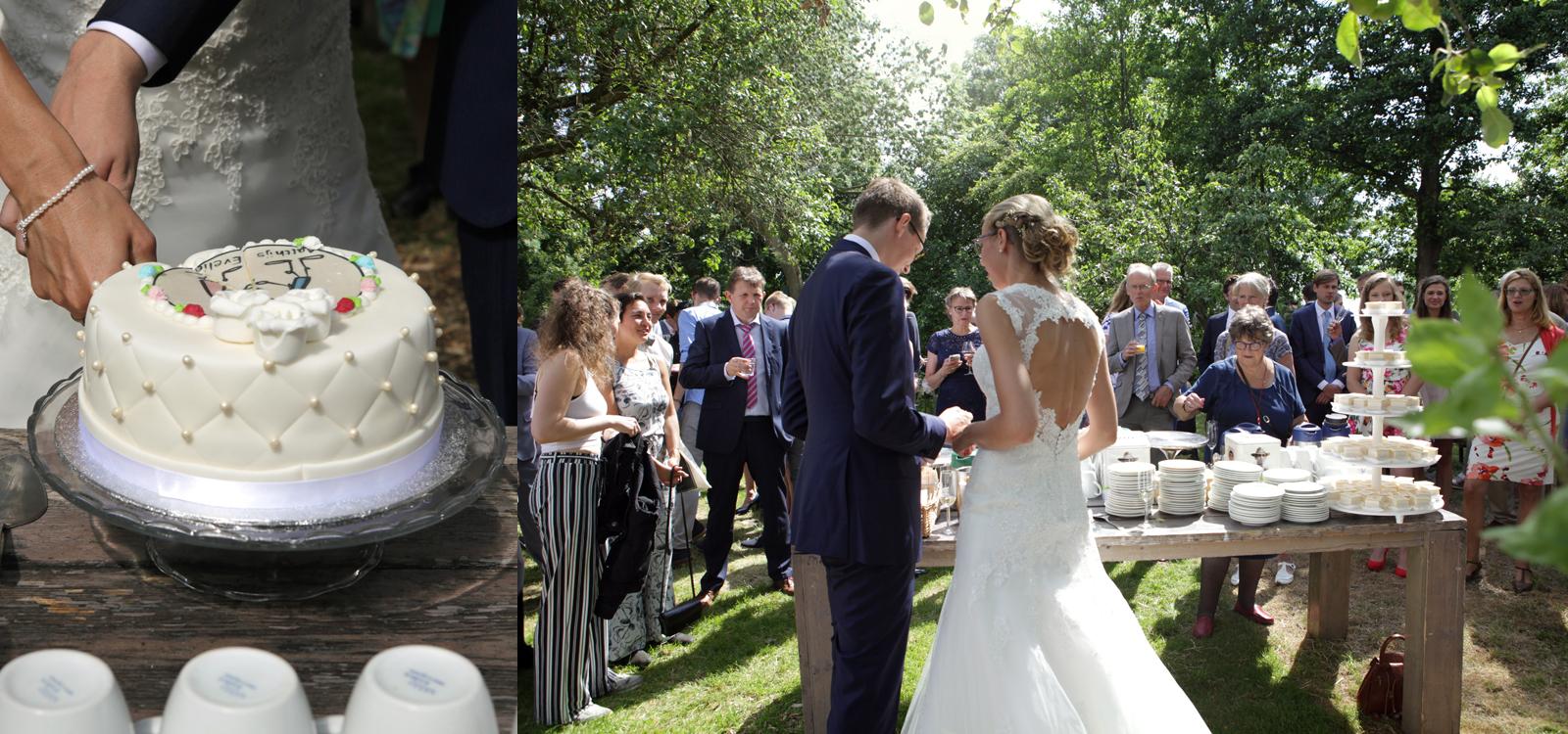 Spontane trouwfotografie. Leuk moment van de bruidstaart die wordt aangesneden.